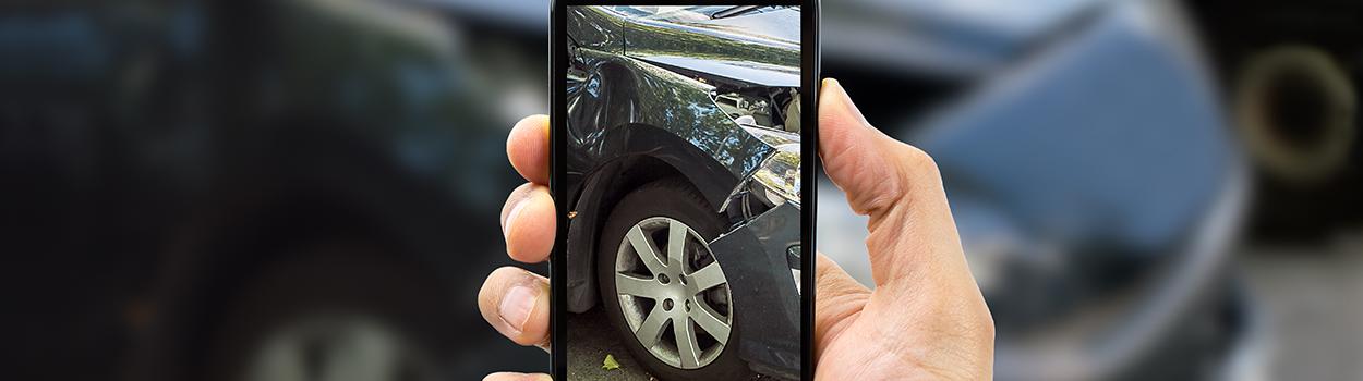 sinistri - uomo fotografa danno veicolo